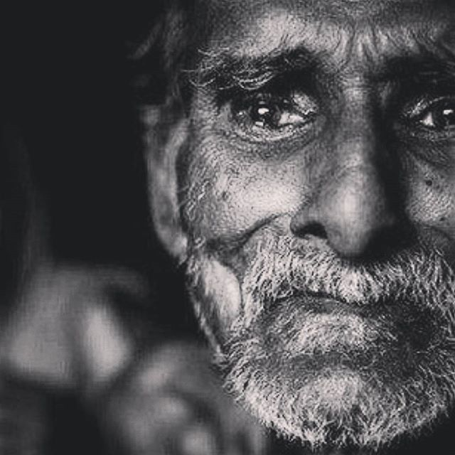 صورة كلام عن دموع الرجل , عبارات عن ذرف الرجل للدموع