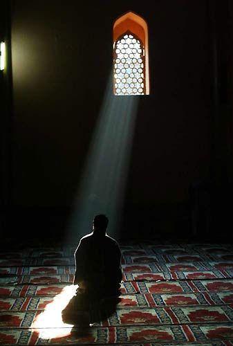 صور شخص ساجد الساجد لغير الله ملعون الغدر والخيانة